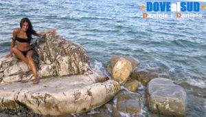 Spiaggia di pietre sotto il castello