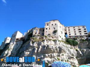 Vista roccia e palazzi del paese Tropea
