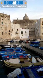 Antico porto di Monopoli con barche blu