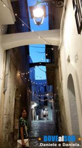 Vicoli centro storico di Monopoli di sera