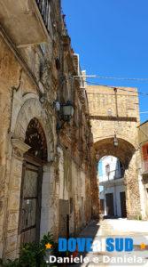 Antica porta del paese e palazzo storico