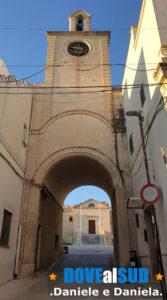Porta dell'orologio centro storico di Palagianello