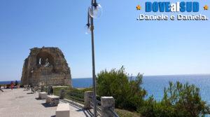 Torre d'avvistamento e mare azzurro della costa adriatica