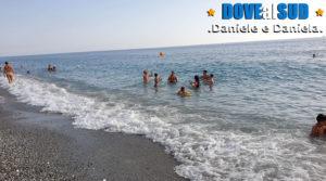 Mare e spiaggia di Scalea con sabbia e ciottoli