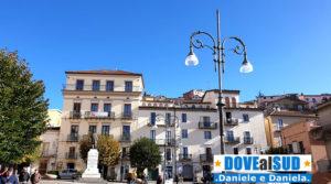 Piazza con statua di Gianturco